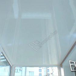 После установки крыши потолок балкона утеплили и отделали панелями из пластика