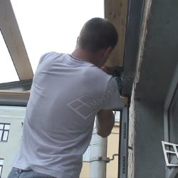Вдоль балкона на металлические сварные уголки устанавливаются деревянные перекладины