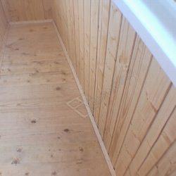 Маленький балкон с обшивкой деревянной вагонкой