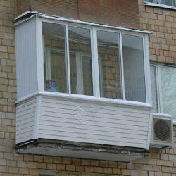 Раздвижное алюминиевое остекление балкона с внешней отделкой сайдингом