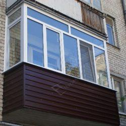 Наружная обшивка балкона сайдигом, остекление ПВХ окнами