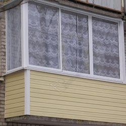 Комплексный ремонт балкона с холодным остеклением и обшивкой сайдингом
