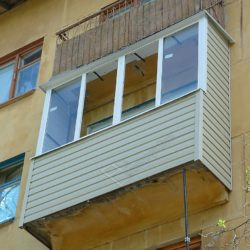Сайдинг во внешней обшивке балкона остекленного алюминиевыми окнами