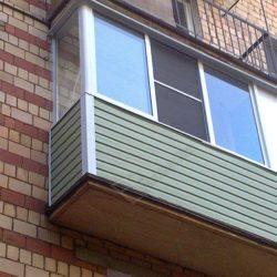 Холодное остекление балкона алюминиевыми окнами и обшивка сайдингом