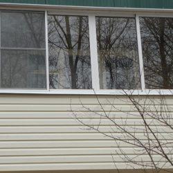 Балкон хрущевки с холодным остеклением обшитый сайдингом