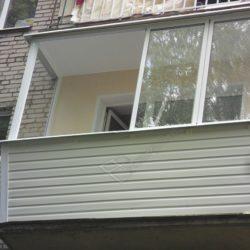 Балкон с раздвижным алюминиевым остеклением и обшивкой сайдингом
