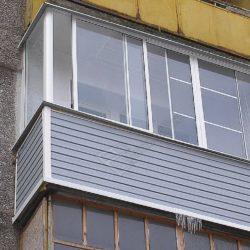 Балкон сталинки обшитый сайдингом и остекленный алюминиевыми раздвижными окнами