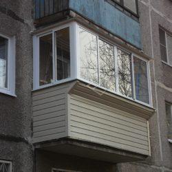 Обшивка балкона хрущевки сайдингом