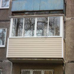 Балкон хрущевки с наружной обшивкой сайдингом