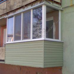 Внешняя обшивка маленького балкона сайдингом