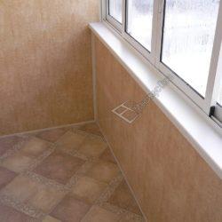 ПВХ панели в обшивке балкона с раздвижным остеклением