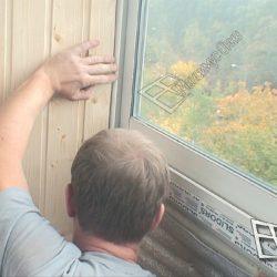 Остекление балкона раздвижными окнами Слайдорс и внутренняя обшивка деревянной вагонкой.