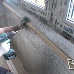 Остекленный, утепленный балкон обшивают деревянными рейками для дальнейшей внутренней отделкой.