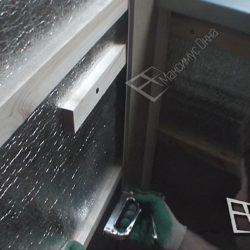После обрешетки балкона отделка пластиковыми панелями начинается с угла.
