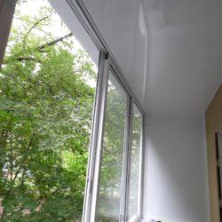 Потолок балкона отделан бесшовными ПВХ панелями