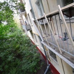 Для остекления с выносом к перилам балкона прикрепили кронштейны