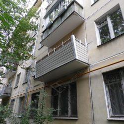 Обрешеченный балкон отделали сайдингом
