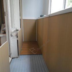 Стены балкона отделанные ПВХ панелями и ламинат на полу