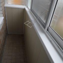Балкон хрущевки с раздвижным алюминиевым застеклением