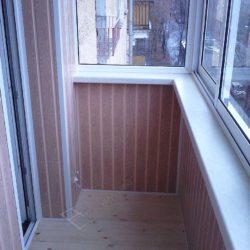 Внутренняя отделка остекленного алюминиевыми окнами балкона