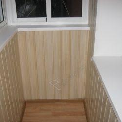 Вагонка во внутренней отделке балкона остекленного раздвижными окнами
