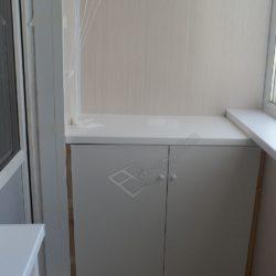 Стол тумба на остекленном и отделанном ПВХ панелями балконе, на заказ