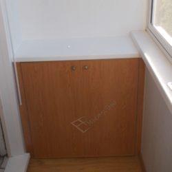 удобный встроенный стол-тумба изготовленный для небольшого балкона после ремонта