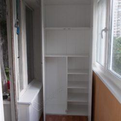 Встроенный на лоджии распашной шкаф изготовленный недорого в Москве