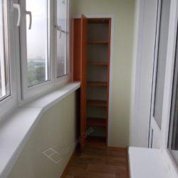 Встроенный распашной шкаф изготовленный для лоджии недорого после остекления и внутренней отделки