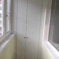 Встроенная мебель для остекленной лоджии- распашной шкаф