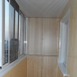 Лоджия со встроенными распашными шкафами изготовленными под заказ
