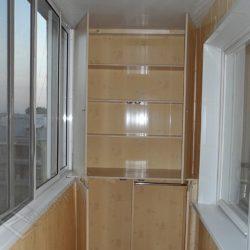 Пластиковые панели в отделке лоджии и обустройство встроенными распашными шкафами