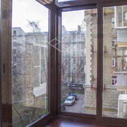 Балкон с выносным остекление алюминиевыми ламинированными окнами