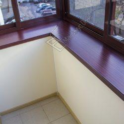 Небольшой балкон с выносом остекления за пределы парапетной части
