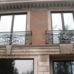 французский кованый балкон на фасаде