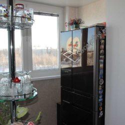 барная стойка с балкона на кухню с холодильником