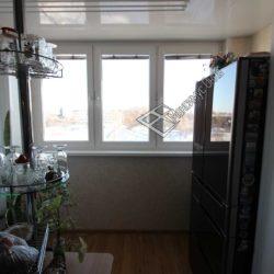 кухня объединенная с лоджией холодильник на лоджии