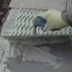 нанесение плиточного клея под плитку