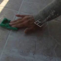 Очистка поверхности плитки после затирки швов
