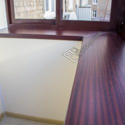 балкон с коричневым подоконником