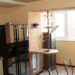барная стойка на кухне с балконом