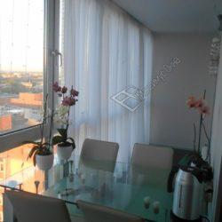 Столы и стулья на балконе