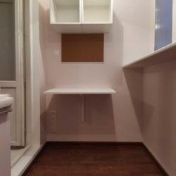 шкаф со столом на балконе