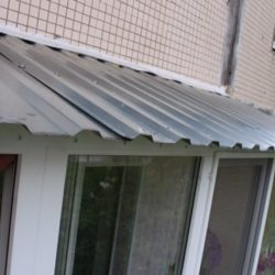 Монтаж крыши на балконе из горфолиста