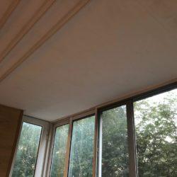 отделка потолка на балконе