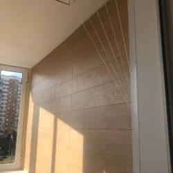 ламинат на стене балкона