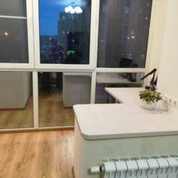 Столешница со столом на балконе