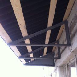 металлический каркас крыши балкона