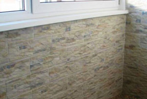 Керамическая плитка на стене балкона